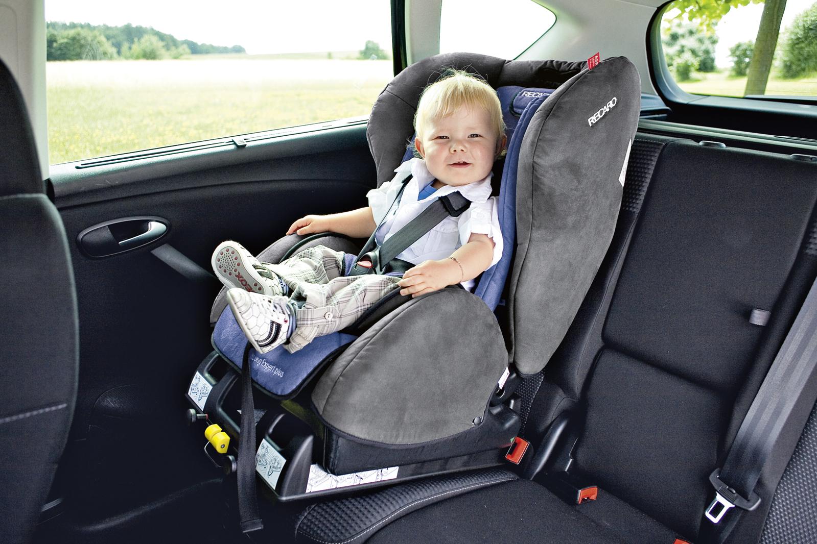 ребёнок в автокресле